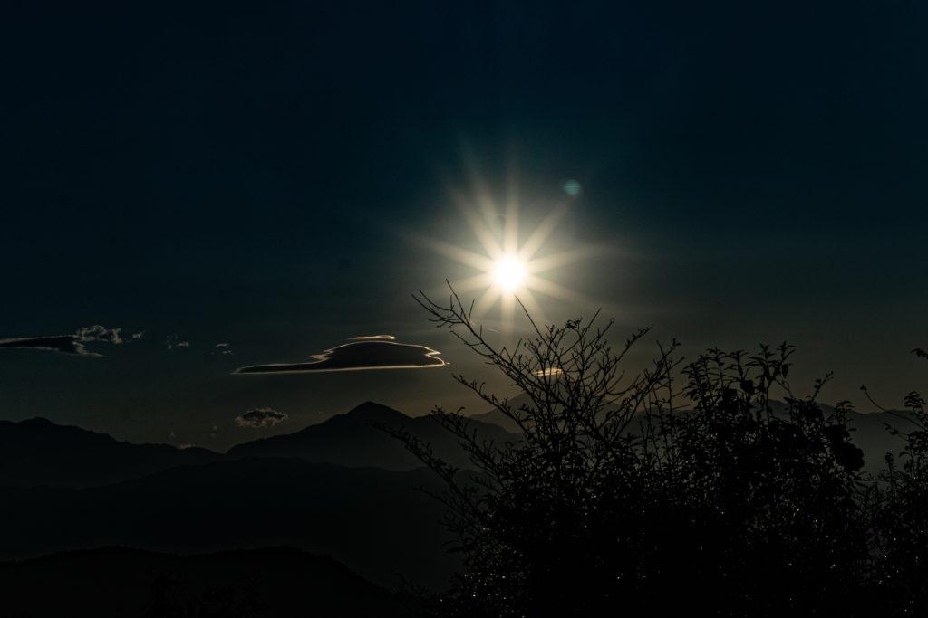 高尾山 山頂から見える富士山(太陽の真下)